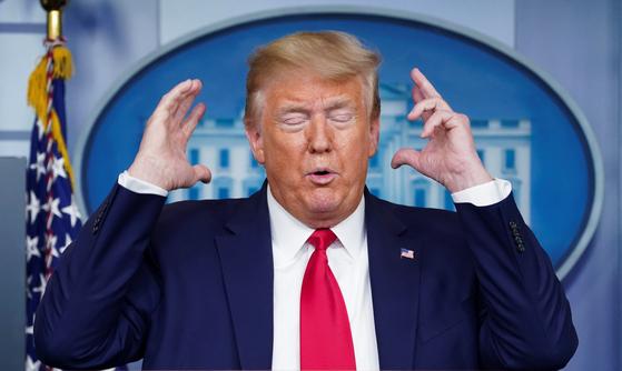 6일(현지시간) 백악관에서 신종 코로나 감염증과 관련한 브리핑을 하고 있는 도널드 트럼프 미국 대통령. [로이터=연합뉴스]