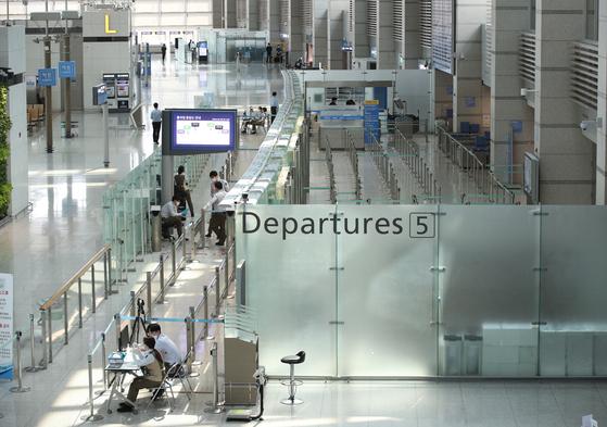 7일 인천국제공항 1터미널이 한산한 모습을 보이고 있다. 6일 여객 수는 4681명으로 2001년 개항 이후 최저로 줄었다. 이에 공항 기능을 축소하는 1단계 비상운영 중인 인천국제공항공사는 2단계 비상운영 체제 가동을 고심하고 있다. [뉴스1]
