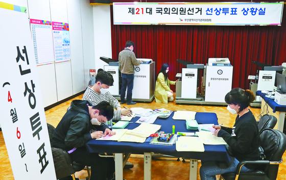 4·15 총선 선상투표가 시작된 7일 부산시선거 관리위원회 선상투표 상황실에서 선관위 관계 자들이 각 선박에서 팩시밀리로 전송한 선거 투표 용지를 접수하고 있다. 송봉근 기자