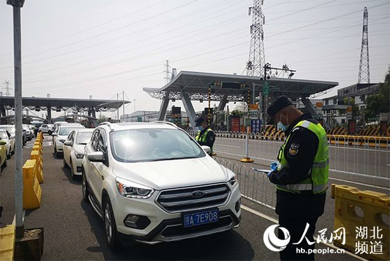 중국 우한과 후베이성을 잇는 고속도로의 한 구간에서 운전자에 대한 체온 검사 등 차량 통행과 관련한 점검이 이뤄지고 있다. [중국 인민망 캡처]