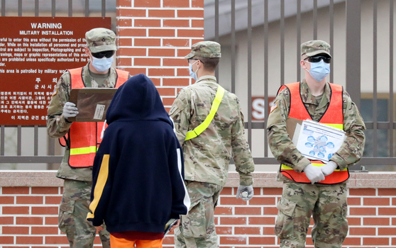 경기도 평택 캠프 험프리스에서 미군 장병들이 마스크를 쓴 채 출입을 통제하고 있다.[뉴스1]