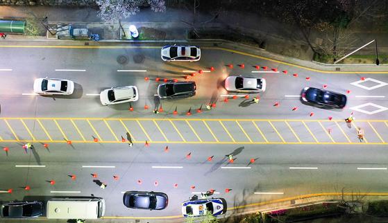 코로나19 사태 속 음주운전을 근절하기 위해 S자형 음주단속이 등장한 가운데 지난달 31일 광주광역시 서구 한 도로에서 경찰이 음주 단속을 하고 있다. 프리랜서 장정필