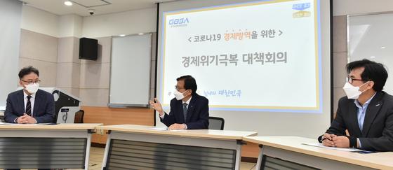 지난 18일(수) 경과원 4층 회의실에서 (가운데)김기준 원장 총괄하에 임원진들이 '코로나19 경제방역을 위한 경제위기극복 대책회의'를 진행하고 있다.