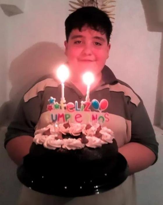 신종 코로나에 감염돼 입원한 엄마를 집에서 기다리다 숨진 멕시코 소년 후안 에두아르도. 숨지기 며칠전 맞이한 14번째 생일 당일 한 변호사가 보내준 생일 케이크를 들고 미소 짓고 있다.[유튜브 캡처]