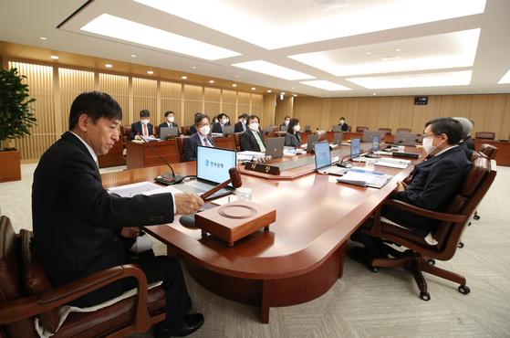 이주열 한국은행 총재가 9일 서울 중구 한국은행에서 열린 금융통화위원회에서 의사봉을 두드리고 있다.뉴스1