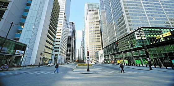 1일 외출금지 명령이 내려진 미국 중부 대도시 시카고 시내 중심가가 한산한 모습을 보이고 있다. AFP=연합뉴스