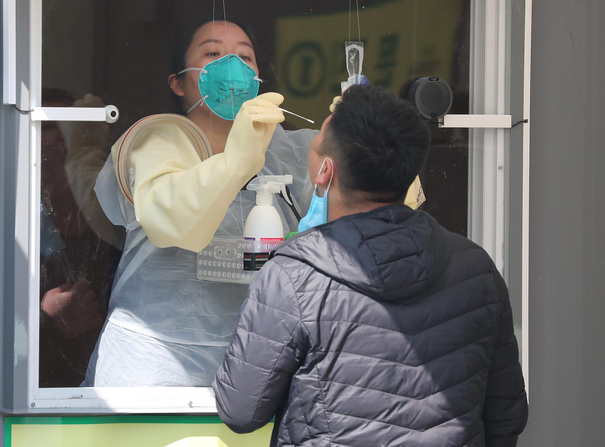 3일 오후 서울 송파구 잠실종합운동장에 마련된 워크스루 방식 선별진료소에서 한 시민이 검체채취를 받고 있다. 연합뉴스