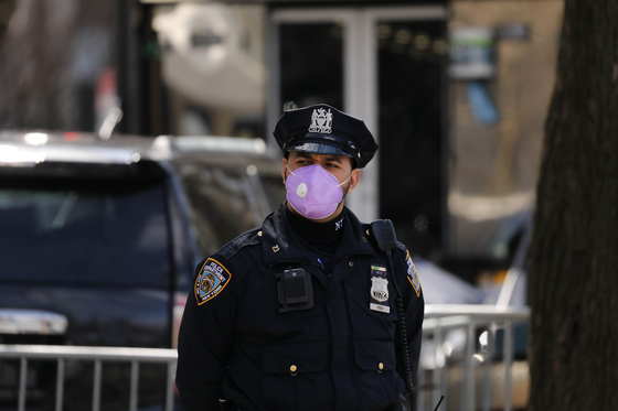 뉴욕 경찰관이 신종 코로나바이러스 감염증(코로나19) 예방을 위해 마스크를 착용하고 있다. AFP=연합뉴스