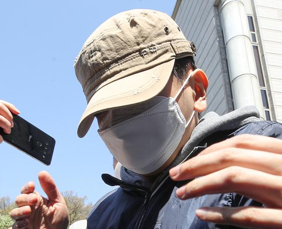 텔레그램 '박사방'에 가담한 혐의를 받는 '부따' 강모씨가 9일 서울 서초구 서울중앙지방법원에서 열린 구속 전 피의자심문(구속영장 실질심사)를 마친 후 법정을 나서고 있다. 뉴스1