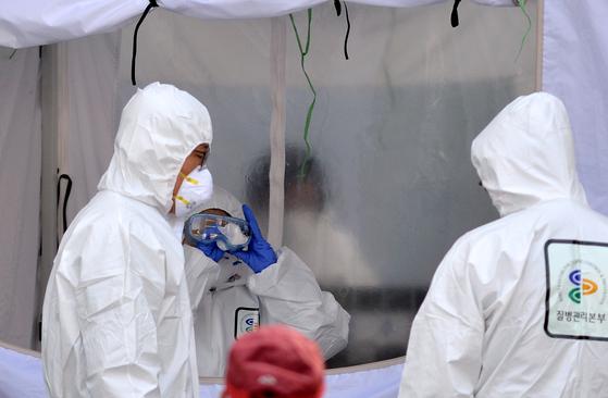 코로나19(신종 코로나 바이러스 감염증)가 전국적으로 확산되고 있는 가운데 지난달 3일 대전 서구보건소 선별진료소에서 의료진들이 의심환자의 감염검사를 하는 등 비상 근무를 서고 있다. [중앙포토]
