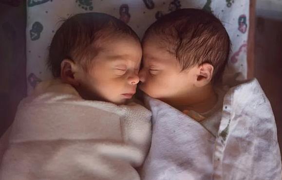 이름이 '코로나'와 '코비드'인 인도 쌍둥이 남매. [사진 데일리메일 온라인 캡처]