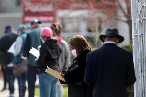 시카고의 한 병원 앞에서 신종 코로나 검사를 받기 위해 줄을 서 기다리는 사람들 [로이터=연합뉴스]