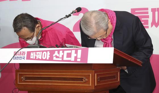 김종인 미래통합당 총괄선대위원장(오른쪽)과 신세돈 공동선대위원장이 9일 오전 국회에서 열린 현안관련 긴급기자회견에서 차명진 후보 발언에 대해 사과하며 고개를 숙이고 있다. 임현동 기자