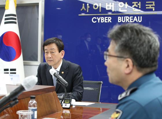진영 행정안전부 장관이 8일 경찰청을 찾아 텔레그램 성 착취 사건을 철저히 수사해달라고 당부했다. 뉴스1