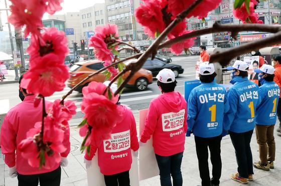 이낙연 더불어민주당 종로구 후보 선거운동원들과 황교안 미래통합당 후보 운동원들이 3일 서울 종로구 동묘역앞에서 출근길 인사를 하고 있다. [뉴스1]