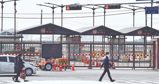 경기도 평택 험프리스 미군기지가 코로나19 여파로 지난달 27일 바리게이트에 닫혀있다. 방위비분담금 합의가 늦어져 주한미군 운영도 어려워지고 있다. [뉴시스]
