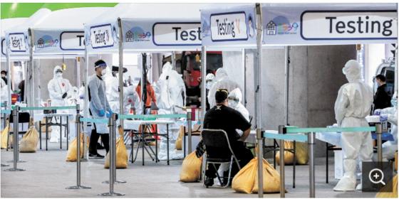 지난 3월 26일 오후 인천국제공항 제2터미널 옥외공간에 설치된 개방형 선별진료소(오픈 워킹스루)에서 영국 런던발 여객기를 타고 입국한 무증상 외국인들이 신종 코로나바이러스 감염증(코로나19) 진단검사를 받고 있다. [뉴스1]
