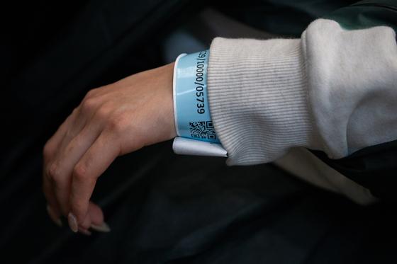지난달 19일 홍콩 국제공항에 도착한 승객이 팔에 코로나19 관리용 전자팔찌를 착용하고 있는 모습. EPA=연합뉴스