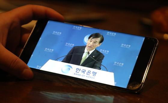 한국은행 금융통화위원회가 9일 오전 임시 회의를 열고 기준금리를 0.75%로 동결했다. 이날 간담회는 유튜브로 생중계됐다. 연합뉴스