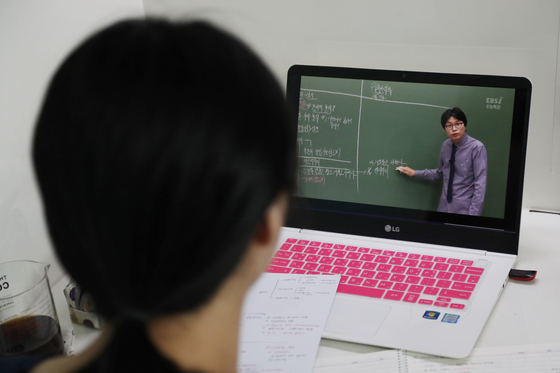 9일부터 고3과 중3을 시작으로 온라인 개학이 시작된다. 개학을 하루 앞둔 8일 한 고교생이 온라인 강의를 들으며 예습하고 있다. 연합뉴스