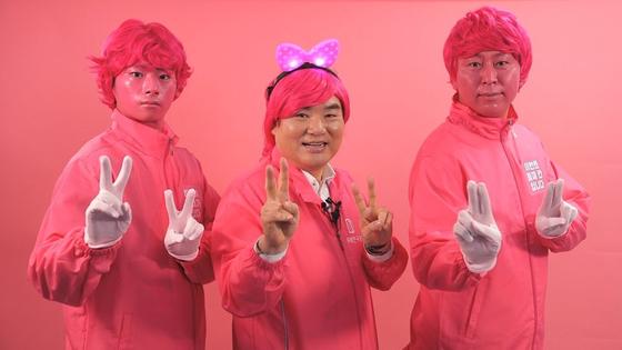 미래한국당 원유철 대표가 6일 서울 영등포구 당사에서 코로나19로 지친 국민에게 희망을 주기 위해 핑크 챌린지 영상을 촬영하고 있다. [미래한국당]