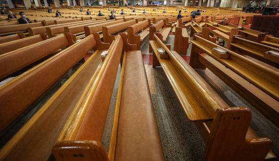 신종 코로나바이러스 감염증(코로나19) 확산방지를 위해 예방 수칙을 지켜 예배를 보고 있는 한 교회. 기사 내용과 관련 없음. 뉴스1