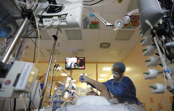 체코 프라하의 한 병원 중환자실에서 의료진이 진료중인 모습 [AP=연합뉴스]