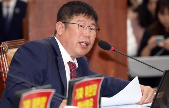 김경진 무소속 의원이 국정감사에서 질의를 하고 있다. 뉴스1