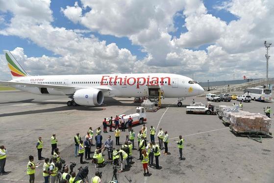 알리바바 창업자 마윈 전 회장이 에티오피아에 보낸 방역 용품이 아디스아바바 공항에 도착해 하역을 기다리는 모습. [AFP=연합뉴스]