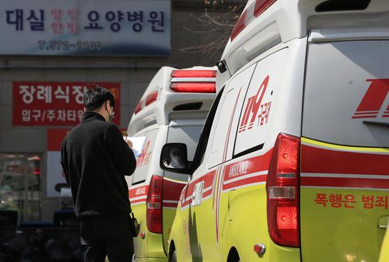 대실요양병원 앞에 구급차들이 환자 이송을 위해 줄지어 서있다. 연합뉴스