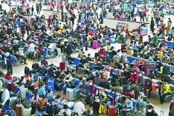 """[사진] """"봉쇄 풀렸다"""" 기차역 몰려나온 우한 시민들"""