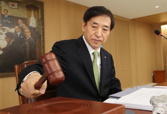 이주열 한국은행 총재가 9일 서울 중구 한국은행에서 열린 금융통화위원회에서 의사봉을 두드리고 있다. 한국은행