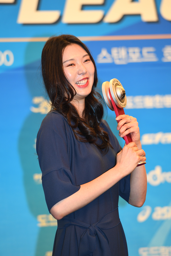 2019~20 프로배구 여자부 MVP를 받은 현대건설 센터 양효진. [사진 KOVO]