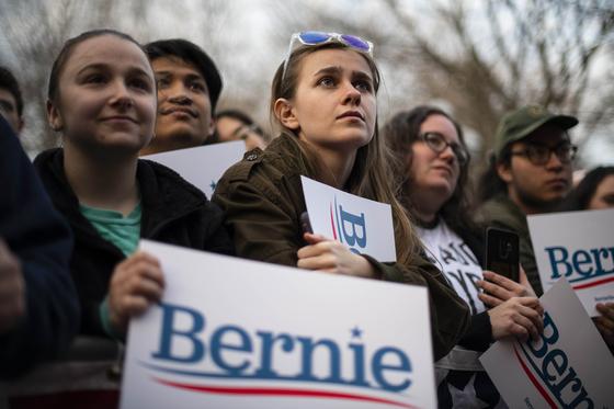 미국 민주당 대선 후보로 나선 버니 샌더스의 선거 유세장에 나온 젊은이들의 모습. 그의 진보적인 공약에 10대~20대가 열광했지만 샌더스는 8일 경선을 포기했다. [AFP=연합뉴스]