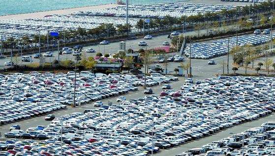 현대자동차 울산5공장의 투싼 생산라인이 코로나19 여파로 오는 13~17일 임시 휴업에 들어간다. 지난 8일 현대차 울산공장 야적장과 수출 선적부두에서 완성차들이 대기하고 있다. [연합뉴스]