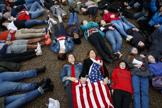 지난 2018년 백악관 앞에 드러눕는 퍼포먼스로 총기 규제 시위를 벌인 학생들의 모습. 학교 총기난사 사건으로 고등학생들이 시위에 많이 참가했다. [AP=연합뉴스]