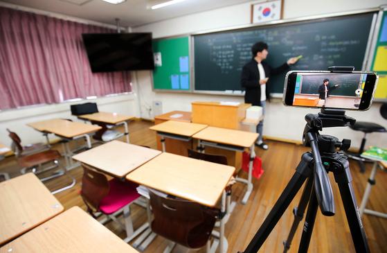 사상 첫 온라인 개학이 시작된 9일 오전 광주광역시 서구 상일여고에서 교사가 온라인 수업 방식을 설명하고 있다. 광주-프리랜서 장정필