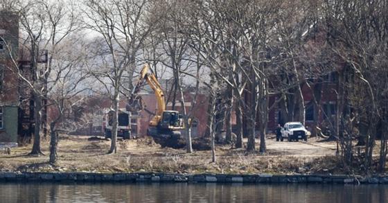 미국 뉴욕시의 하트섬에서 7일 굴착기와 덤프트럭이 구덩이를 파고 흙더미를 옮기고 있다. AP=연합뉴스