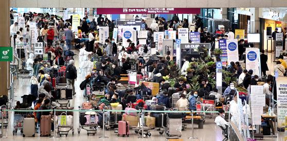 9일 인천국제공항 1터미널의 해외입국자 전용 대기소가 붐비고 있다. 정부는 13일부터 외국인의 단기사증 효력을 잠정 중단하고, 비자 면제협정·무비자 입국 혜택도 중단하기로 했다. [연합뉴스]