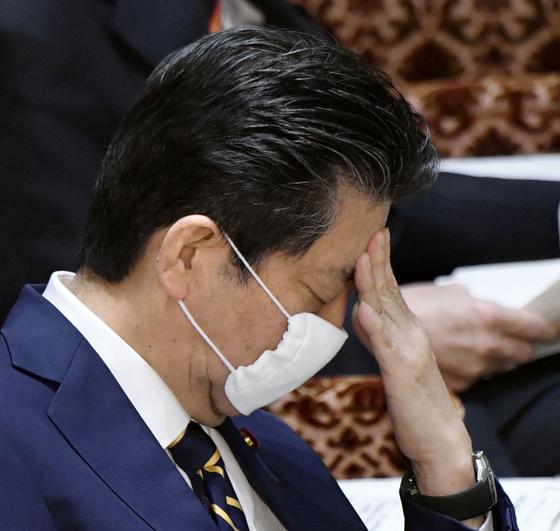 아베 신조 일본 총리가 신종 코로나바이러스 감염증(코로나19) 확산 억제를 위한 긴급사태 선언을 앞둔 7일 오후 참의원 운영위원회에서 질문을 듣고 있다. [교도=연합뉴스]