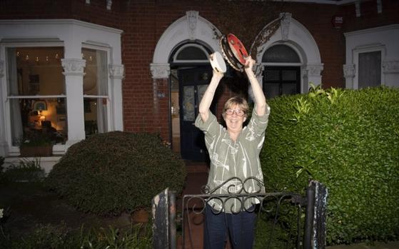 매주 목요일 밤, 집 앞으로 나와 박수치는 영국 국민들