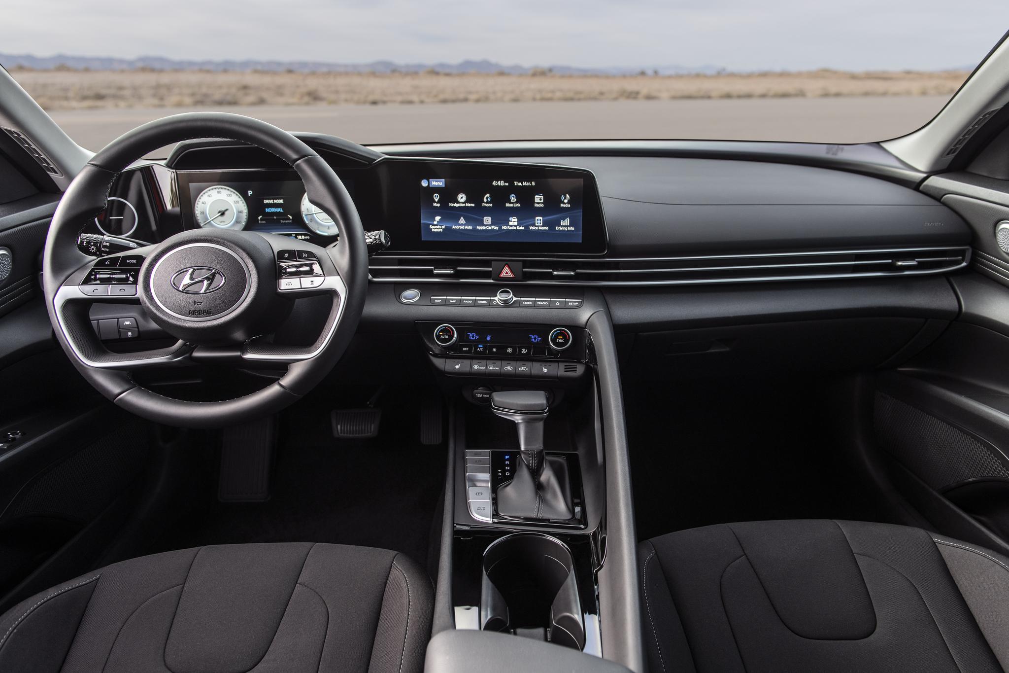 운전자를 감싸는 듯한 디자인의 인테리어. 대형 디스플레이가 눈에 띈다. 사진 현대자동차