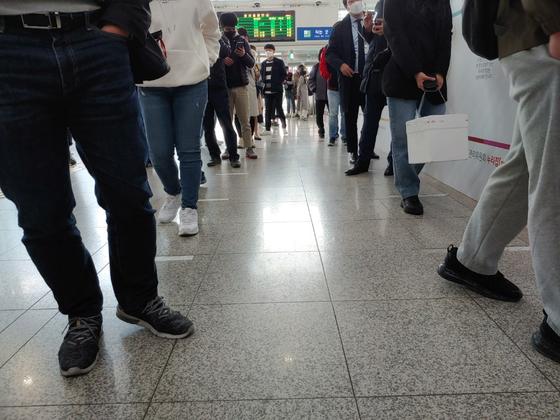 점심 때 '관외투표'에 사람이 몰리자 추가로 바닥에 붙인 흰색 테이프에 맞춰 투표자들이 두 줄로 늘어서있다. 김정연 기자