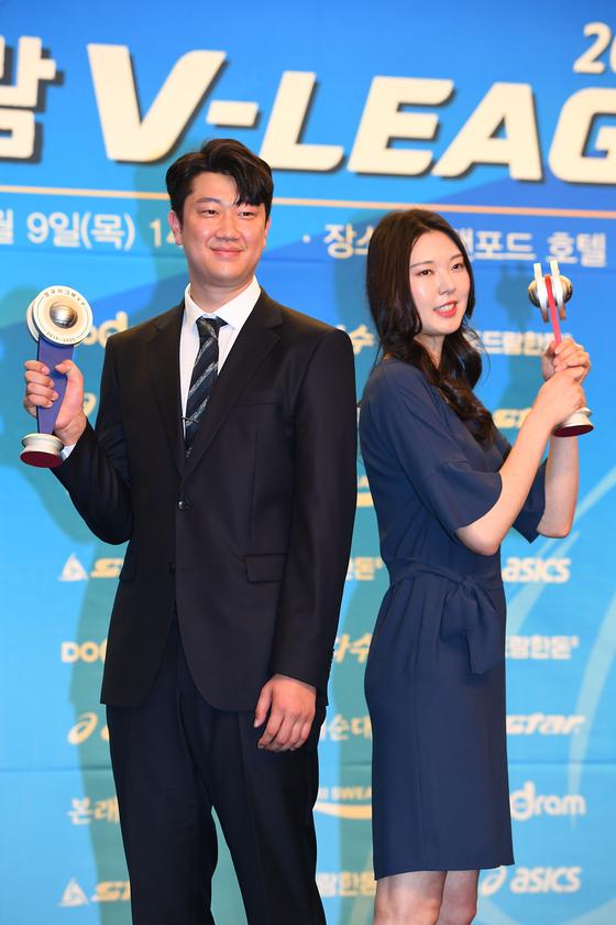 나경복(왼쪽)과 양효진이 9일 프로배구 시상식에서 남녀 MVP로 선정됐다. [사진 한국배구연맹]