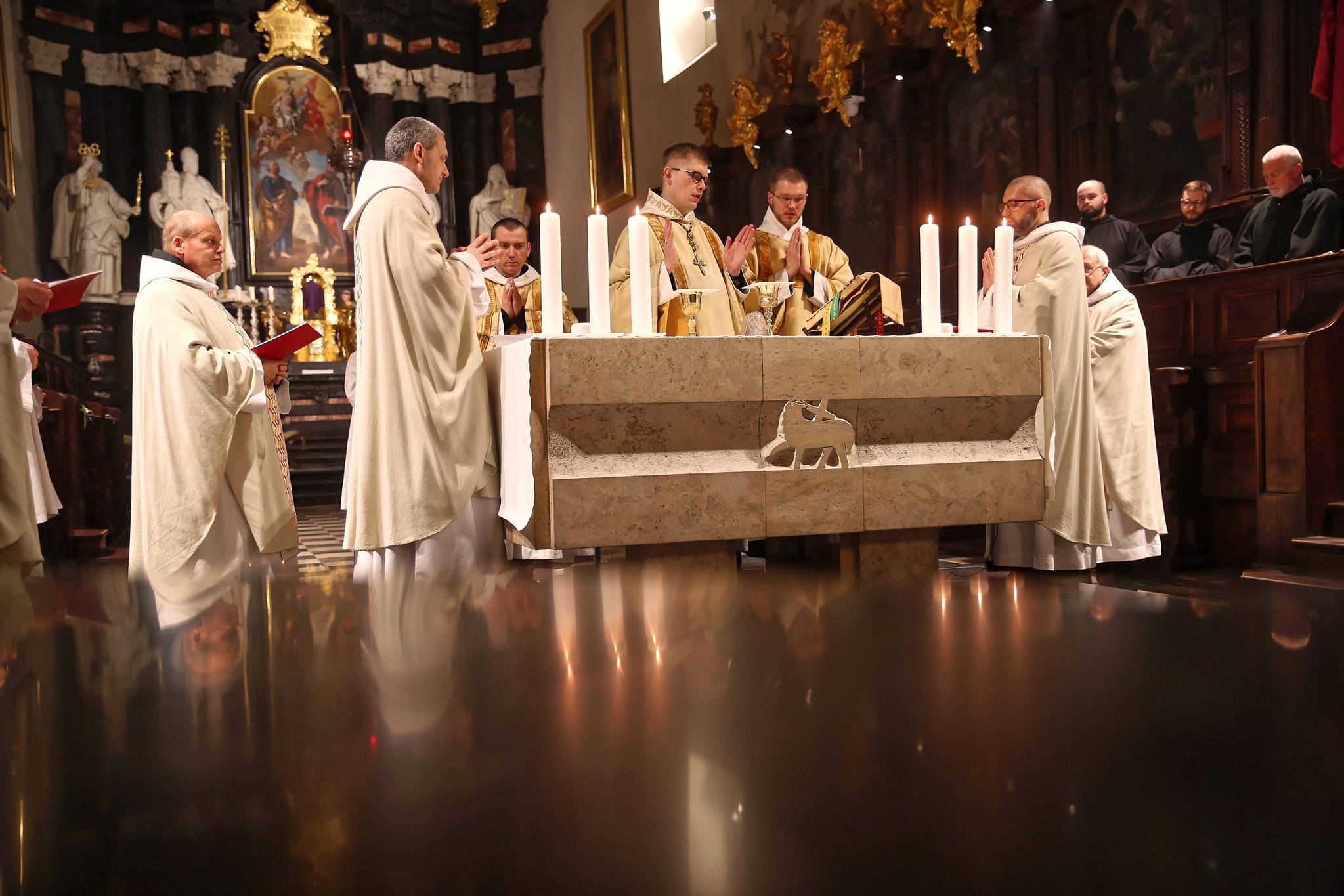 폴란드 남부 티니에의 베네딕트 수도원에서 미사를 진행 중인 모습. EPA=연합뉴스