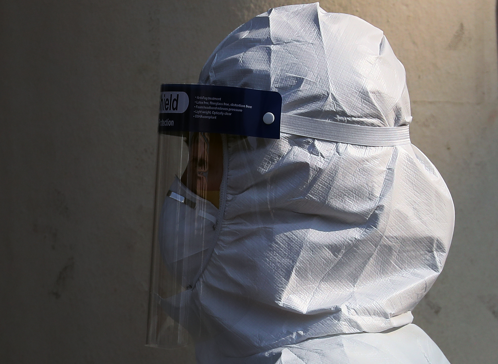 9일 오후 신종 코로나바이러스 감염증(코로나19) 지역거점병원인 대구 중구 계명대학교 대구동산병원에서 보호구를 착용한 의료진이 병동으로 향하고 있다. 연합뉴스