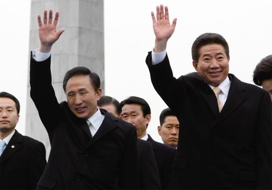 2008년 2월 25일 국회앞마당에서 열린 제 17대 대통령 취임식을 마친 이명박 전 대통령이 노무현 전 대통령과 함께 취임식장을 나서고 있다. [중앙포토]