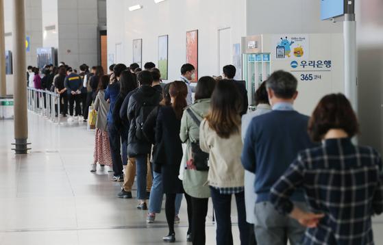 제21대 국회의원 선거 사전투표 첫날인 10일 인천국제공항 제2터미널 출국장에 설치된 사전투표소에서 유권자들이 투표를 기다리고 있다. [연합뉴스]