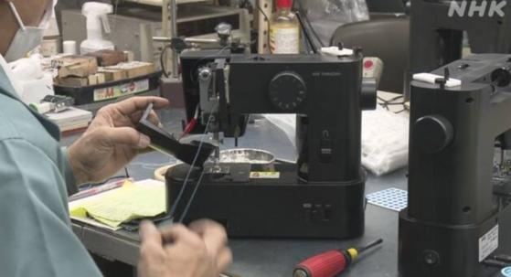 일본에서 마스크를 만들어 쓰려는 움직임이 일면서 미싱 발주가 늘고 있다. [NHK]