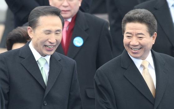 이명박 대통령과 노무현 전대통령이 25일 국회에서 열린 17대 대통령 취임식을 마친 뒤 단상을 내려오며 얘기하고 있다.